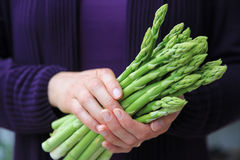 Ręka trzyma wiązkę zielony asparagus Obrazy Royalty Free