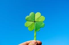 Ręka trzyma zielonego papieru origami fałdowego shamrock Zdjęcia Stock