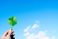 Ręka trzyma zielonego papieru origami fałdowego shamrock Zdjęcie Stock