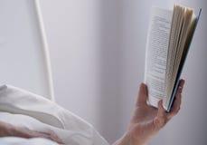 ręka trzymająca książki Fotografia Stock