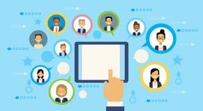 Ręka Używać Cyfrowej pastylki komputer Komunikuje Z ludźmi biznesu networking pojęcia ilustracji