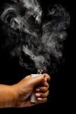 Ręka używać e-cigarette/e-cig/vape Fotografia Stock