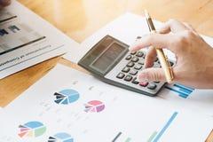 Ręka używać kalkulować, Fachowy inwestora i pieniężnej pracy, Zdjęcia Royalty Free