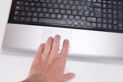 Ręka używać komputerowej laptop myszy tropi ochraniacza zdjęcie royalty free