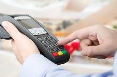 Ręka używać kredytowej karty zapłaty maszynę Zdjęcie Royalty Free