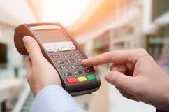 Ręka używać kredytowej karty zapłaty maszynę Obraz Stock