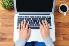 Ręka używać laptop Zdjęcie Royalty Free