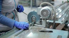 Ręka używać produkci maszynę ciąć metali profile 4K zbiory wideo