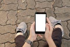 Ręka używać telefon komórkowy miastową ulicę fotografia stock