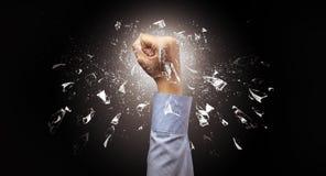 Ręka uderza intensywnego i łama szkła zdjęcie royalty free