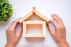 Ręka układa drewnianego blok fotografia stock