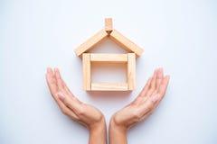 Ręka układa drewnianego blok obraz stock