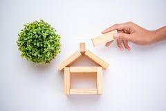 Ręka układa drewnianego blok zdjęcie royalty free