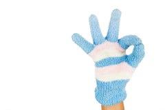 Ręka w błękit menchii zimy gesta rękawiczkowym ok przeciw białemu backgr Zdjęcie Royalty Free