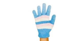 Ręka w błękit menchii zimy rękawiczkowym gescie liczba pięć przeciw bielowi Fotografia Stock