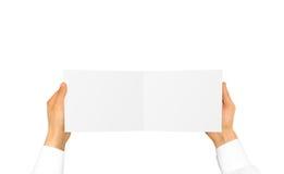 Ręka w białego koszulowego rękawa mienia broszury pustej karcie w Han Obraz Royalty Free