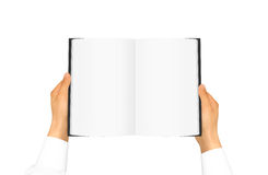 Ręka w białej koszulowej rękawa mienia pustego miejsca książce Fotografia Stock
