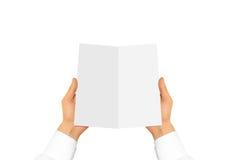 Ręka w białej koszulowej rękawa mienia pustego miejsca ulotce Obrazy Stock