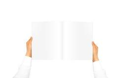 Ręka w białym koszulowym rękawa mienia pustego miejsca czasopiśmie Obraz Royalty Free