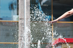Ręka w kiści woda od fontanny Fotografia Royalty Free