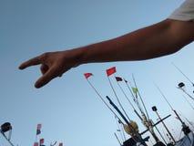 Ręka w przedpolu pokazuje przy portem morskim Sri Lanka z małymi statkami Zdjęcie Stock