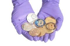 Ręka w Purpurowej rękawiczce trzyma Bitcoins Crypto walutę pojęcia żwiru maszynerii kopalnictwa jama różnorodna obrazy royalty free