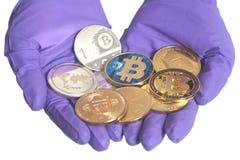 Ręka w Purpurowych rękawiczka chwytach Ukuwa nazwę Crypto walutę pojęcia żwiru maszynerii kopalnictwa jama różnorodna obraz royalty free
