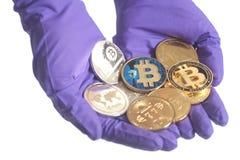 Ręka w Purpurowych rękawiczka chwytach Ukuwa nazwę Crypto walutę pojęcia żwiru maszynerii kopalnictwa jama różnorodna obrazy stock