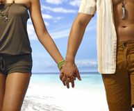 Ręka w rękę na plaży zdjęcia royalty free