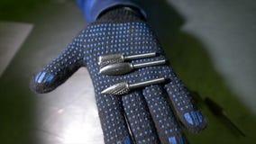 Ręka w rękawiczce otwiera, trzy incisors jest w palmie palma zbiory wideo