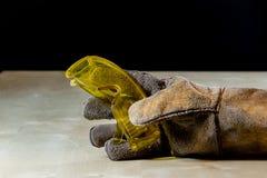 Ręka w rękawiczce z narzędziem dla pracy w warsztacie Ręka ochraniająca obok obraz stock