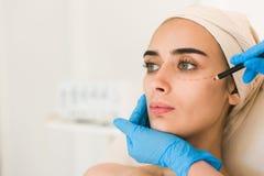 Ręka w rękawiczkowej ocechowanie kobiet twarzy zdjęcia royalty free