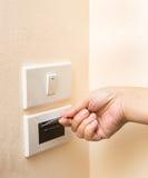 Ręka wkłada keycard w elektronicznym kędziorku Fotografia Stock