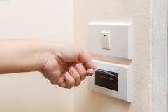 Ręka wkłada keycard w elektronicznym kędziorku Zdjęcia Royalty Free