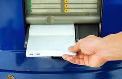 Ręka wkłada obrachunkowego bankbook Zdjęcia Stock