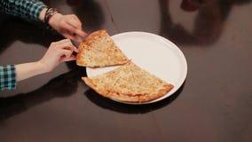 Ręka wp8lywy pizzy plasterków zamknięty up zbiory