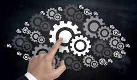 Ręka wskazuje na gearwheel chmury pojęciu obraz stock