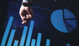 Ręka wskazuje na rynek papierów wartościowych mapie Biznesowy przyrost, inwestycja obraz stock