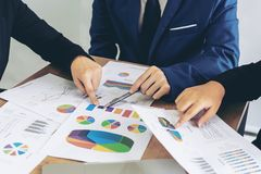Ręka wskazuje przy biznesowym dokumentem podczas dyskusji przy pokojem konferencyjnym kierownik ds. marketingu pracownik zdjęcie stock