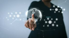Ręka wskazuje przy UI światową mapą z interfejsem użytkownika i ikoną dla sieci ochrony kłódki cyber futurystycznego technol bizn ilustracja wektor