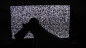Ręka wyłacza kanały żadny mężczyzny hałasu tv styl życia tło Telewizja ekran z statycznym hałasem powodować złym sygnałem zdjęcie wideo