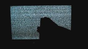 Ręka wyłacza kanały żadny mężczyzny hałasu tv tło Telewizja ekran z statycznym hałasem powodować bad sygnału przyjęciem zbiory