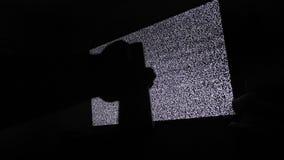 Ręka wyłacza kanały żadny mężczyzny hałasu tv tło Telewizja ekran z statycznym hałasem powodować bad sygnału przyjęciem zbiory wideo