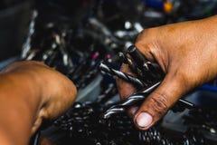 Ręka wybiera grupy wiertniczych narzędzi zamknięty up piękny światło obraz stock