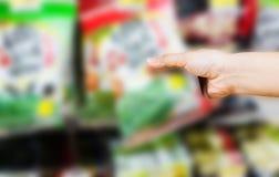 Ręka wybiera słodkich produkty lub bierze kobieta, przekąski na shelv Fotografia Stock