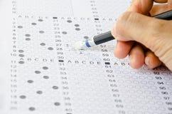 Ręka wymazuje źle odpowiedź na egzaminie Obraz Royalty Free