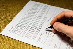 Ręka wypełnia formularzowego uwolnienie modela fotografia royalty free