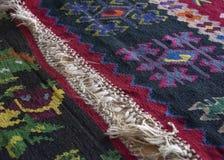 Ręka wyplatający dywany na pokazie w muzeum obraz stock