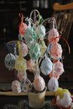 Ręka Wyplatający Wielkanocnego jajka właściciele Obraz Royalty Free