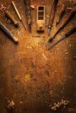 Ręka wytłacza wzory drewno na starym drewnianym workbench Zdjęcia Stock